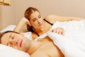 眠る男と考える女