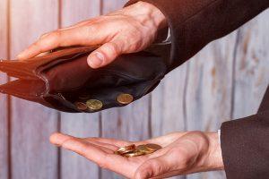財布からお金を出す男