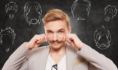 髭を触る男
