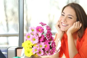 花束を貰う女