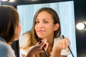 化粧する女
