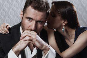 スーツを着た男に寄りかかる女