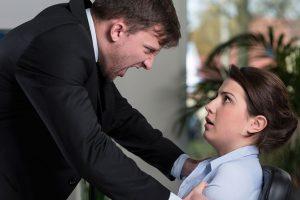 男に怒られる女