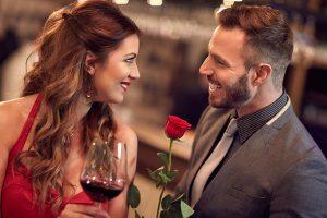 女性に花を渡す男
