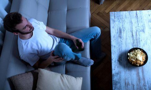 ソファーに座る男