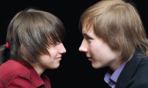 見つめ合う少年と少女