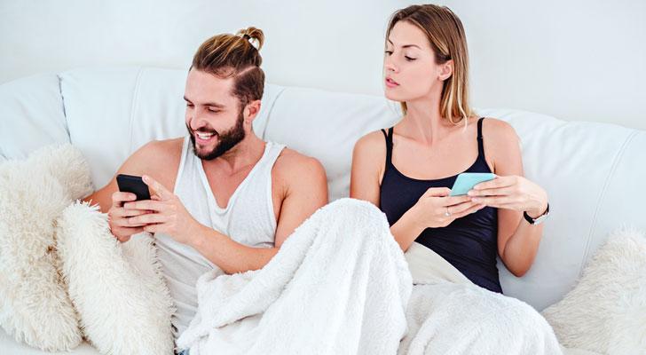 彼氏の携帯見る女