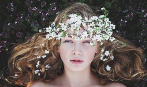 花飾りをした女