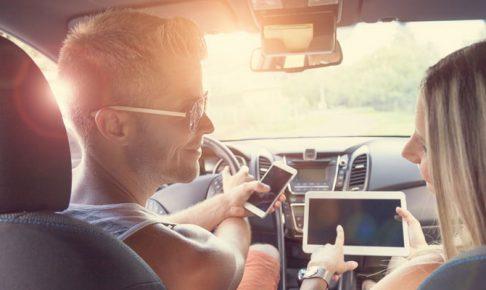 車内で会話する男女