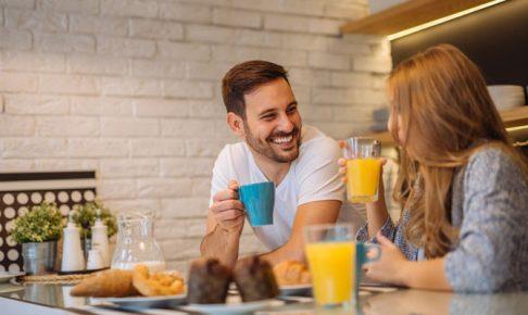 笑顔で会話する男女