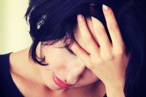 頭を抱える女