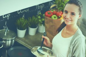 料理する女