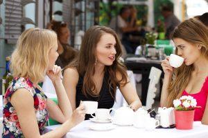 会話中の女達