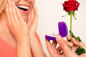 プロポーズされる女