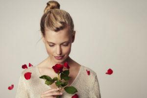 花を持つ女