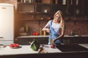 料理をする女