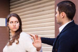 男の誘いを断る女