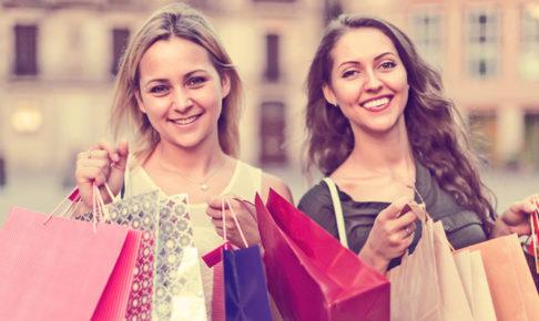 買い物をする女