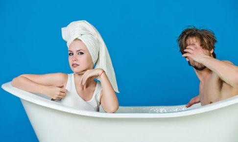風呂に入るカップル