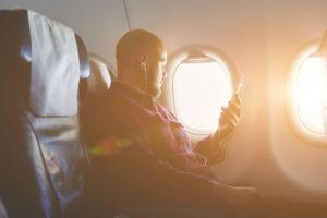 飛行機に乗る男