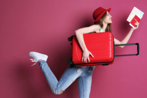 スーツケースを持った女