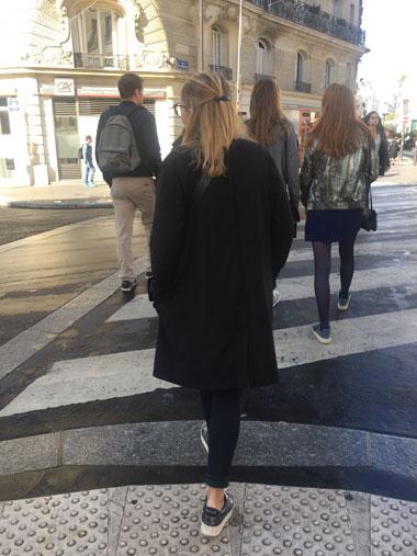 女の子の後ろ姿