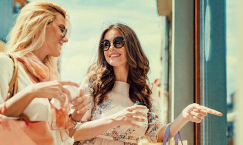 ショッピングをする女達