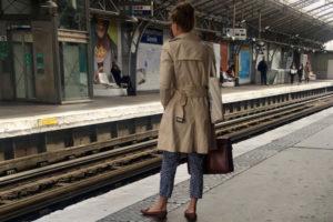 コートを着た女