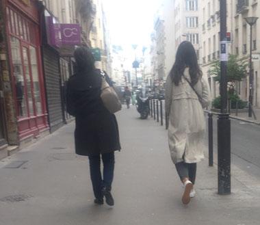 トレンチコートを着た女