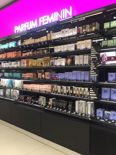 店頭に並べられた香水