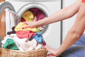 洗濯する女