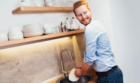 皿を洗う男