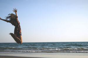 ジャンプする女