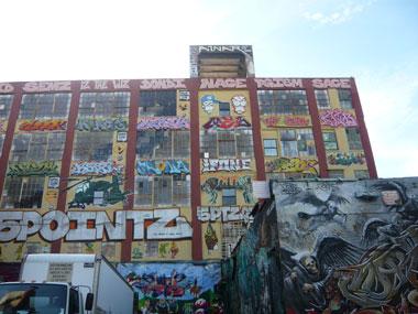 建物一面に描かれたグラフィティアート