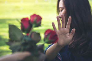 花を拒否する女
