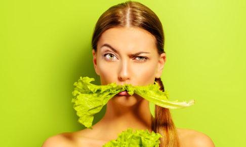野菜を食べる女