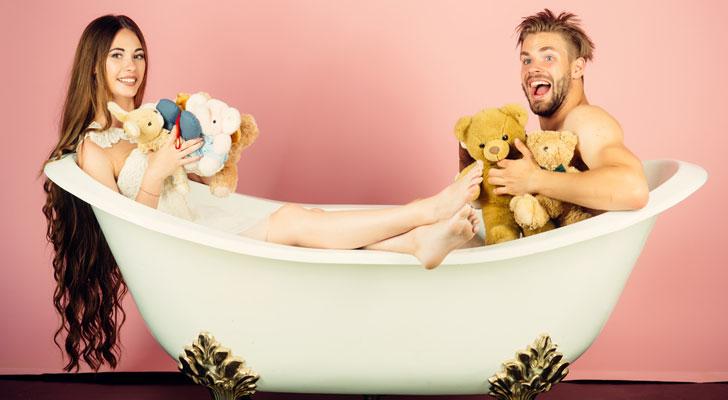 お風呂に入るカップル