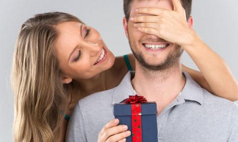 男にプレゼントを渡す女