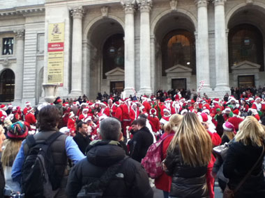 サンタクロースの仮装をした人々