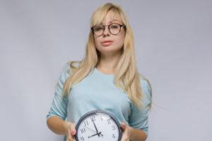 時計を持つ女