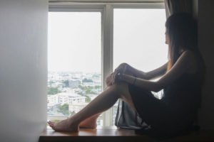 窓の外を見る女
