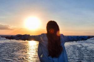 夕陽を見る女