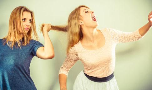 髪を引っ張る女