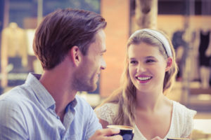会話するカップル