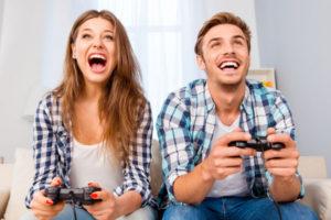 ゲームをする男女