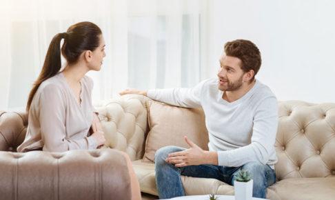 会話する男女