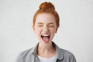 舌を出す女