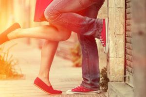 キスするカップルの足元