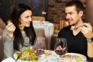 食事中の男女