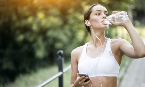 水を飲む女